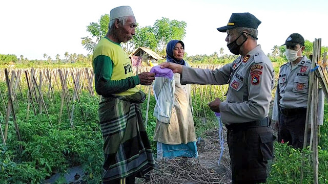 Dukung Lomba Kampung Sehat, Polsek Pringgabaya bagi-bagi masker ke petani