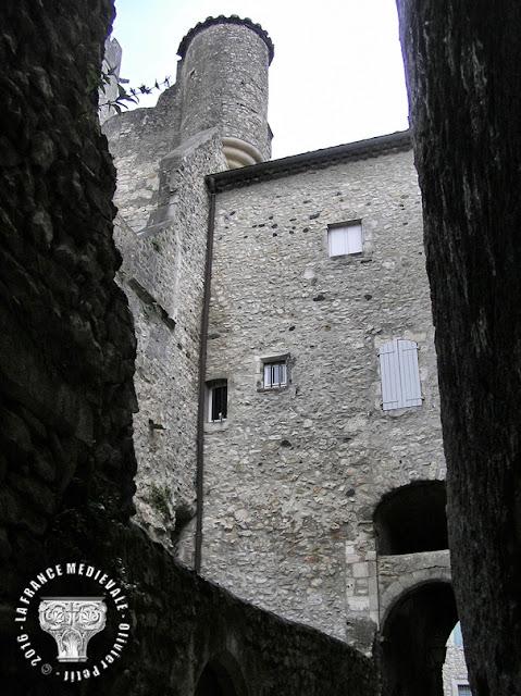 VIVIERS (07) - La ville médiévale : Rue de Châteauvieux