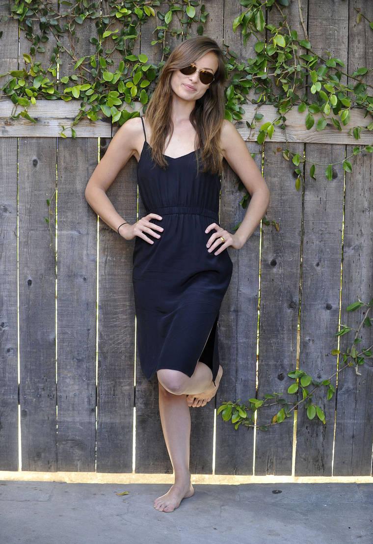 Barefoot Celebrities: Olivia Wilde walking barefoot