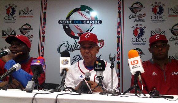 William Saavedra, Carlos Martí y Vladimir García en rueda de prensa tras el segundo triunfo cubano