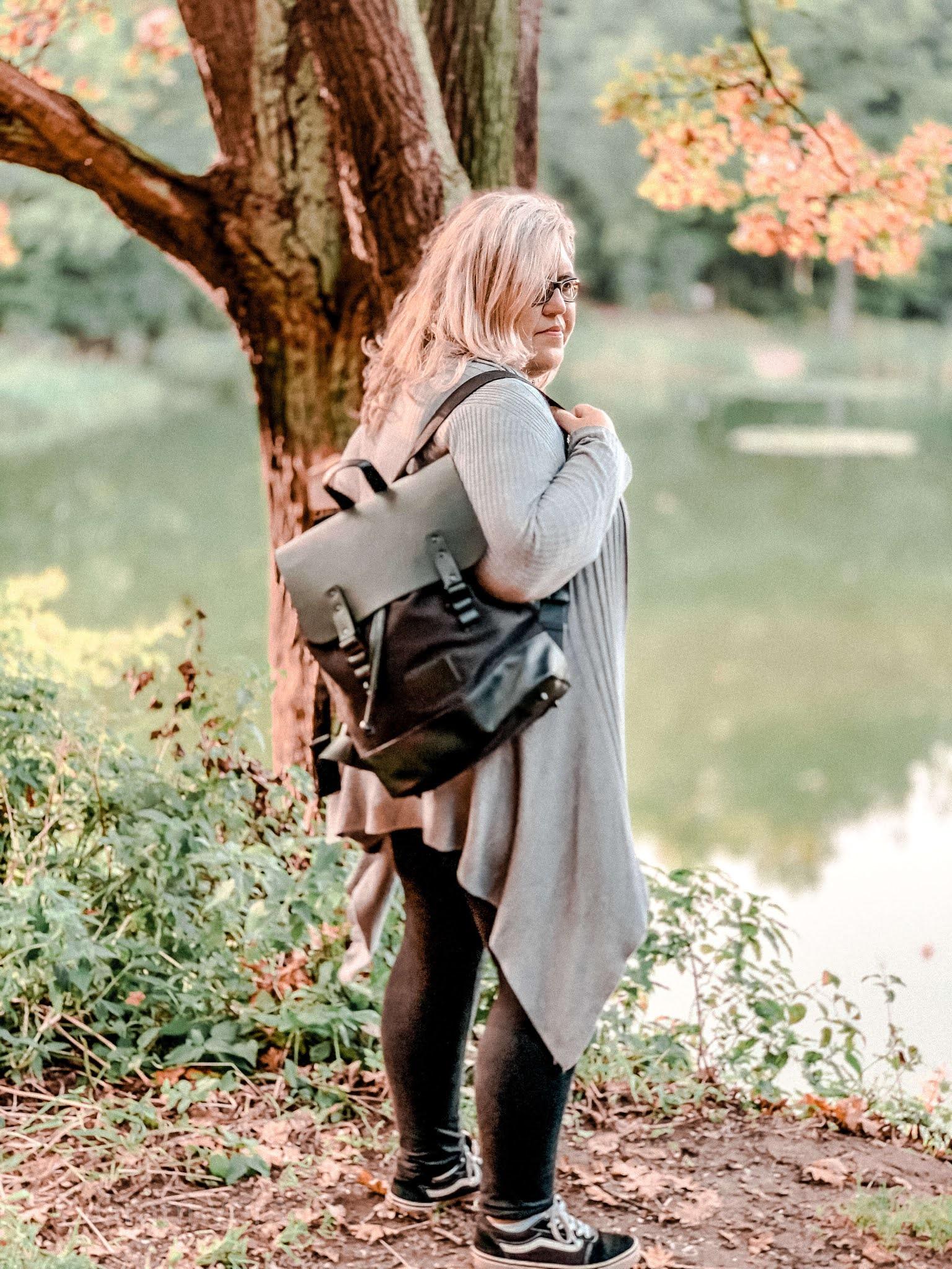kobieta-na spacerze-z-czarnym-plecakiem-Gaston-Luda-na-plecach