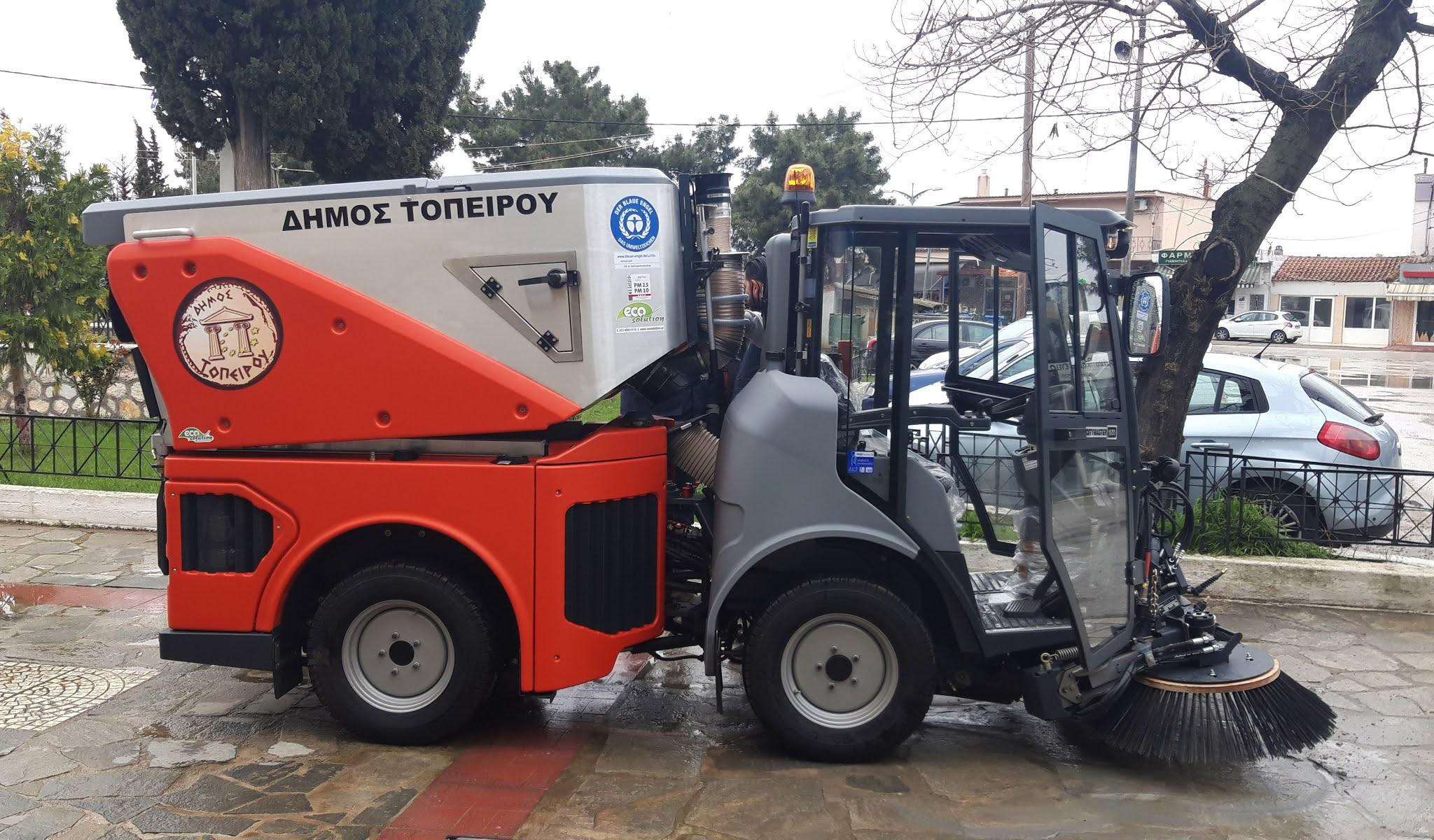 Σύγχρονο αναρροφητικό σάρωθρο απέκτησε ο Δήμος Τοπείρου