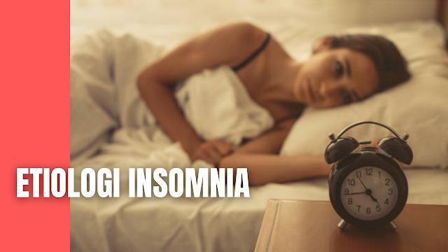 Etiologi Insomnia Pada Manusia Faktor-faktor resiko berikut ini dapat menyebabkan gangguan tidur insomnia. Berikut ini adalah penjelasan faktor resiko yang mempengaruhi terjadinya insomnia :  Usia Pada orang-orang usia lanjut dilaporkan lebih sering mengalami kesulitan memulai dan mempertahankan tidur. Keadaan ini terjadi karena adanya perubahan yang berhubungan dengan penuaan pada mekanisme otak yang meregulasi waktu dan durasi tidur tersebut. Terdapat pula perbedaan pola tidur diantara orang dengan usia lanjut dengan orang-orang usia muda.   Kebutuhan tidur akan semakin berkurang dengan bertambahnya usia seseorang. Pada usia 12 tahun kebutuhan tidur adalah sembilan jam, berkurang menjadi delapan jam pada usia 20 tahun, lalu tujuh jam pada usia 40 tahun, enam setengah jam pada usia 60 tahun dan pada usia 80 tahun menjadi hanya enam jam.    Jenis Kelamin Resiko insomnia ditemukan lebih tinggi terjadi pada wanita daripada laki-laki. Hal ini dikatakan berhubungan secara tidak langsung dengan faktor hormonal, yaitu saat seseorang mengalami kondisi psikologis dan merasa cemas, gelisah ataupun saat emosi tidak dapat dikontrol akan dapat menyebabkan hormon estrogen menurun, hal ini bisa menjadi salah satu faktor meningkatnya gangguan tidur.    Kondisi Medis dan Psikitari  Insomnia bisa terjadi karena adanya kondisi medis yang dialami, seperti penyalahgunaan zat, efek putus zat, kondisi yang menyakitkan atau tidak menyenangkan dan bisa juga karena adanya kondisi psikiatri, seperti kecemasan ataupun adanya depresi. Keluhan yang dialami adalah sulit dalam memulai tidur dan mempertahankan tidur.    Faktor Lingkungan dan Sosial  Kehidupan sosial dan lingkungan sehari-hari juga dapat menyebabkan insomnia, seperti pensiunan dan perubahan pola sosial, kematian dari pasangan hidup, suasana kamar tidur yang tidak nyaman dan adanya perasaan-perasaan negatif dari lansia itu sendiri.    Nah itu dia bahasan dari etiologi insomnia pada manusia, melalui bahasan di atas bisa diketahui men