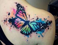 tatuaje de mariposa estilo acuarela