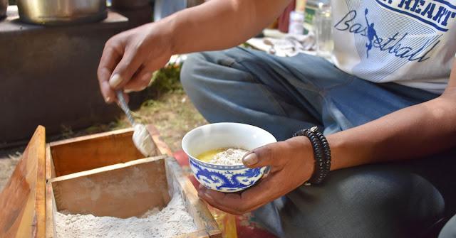 Lý giải cho điều này, nhiều người đã cho rằng, thực chất người Tây Tạng trân quý trà đến như vậy là bởi vì vùng đất nơi họ sinh ra và lớn lên vô cùng khắc nghiệt, nhiệt độ lúc nào cũng thấp hơn ở những vùng đất khác, vì vậy ngoài trang bị cho mình nhiều loại áo quần giữ nhiệt, cũng như là thực phẩm giàu năng lượng, họ cũng cần phải có những loại thức uống đặc biệt để làm ấm người, bổ sung năng lượng thiết yếu, và trà chính là loại thức uống đặc biệt đó. Chính xác hơn thì chính loại trà bơ (Yak Butter Tea) được làm từ trà đen, bơ Yak, muối và sữa bò.