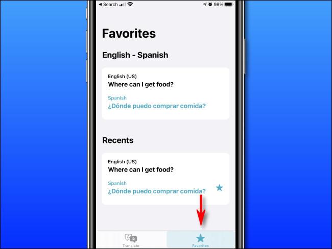 """في تطبيق Apple Translate على iPhone ، اضغط على زر """"Favorites""""."""