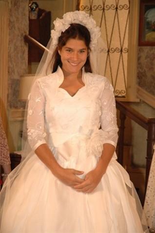 Vestido bolo de noiva, saia estufante, fechado, tiara de flores na cabeça