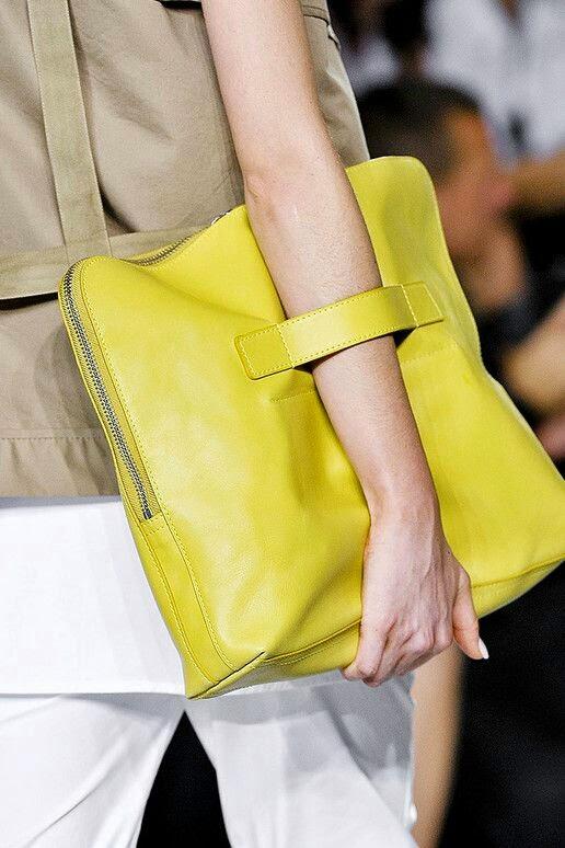Look simples com clutch amarela