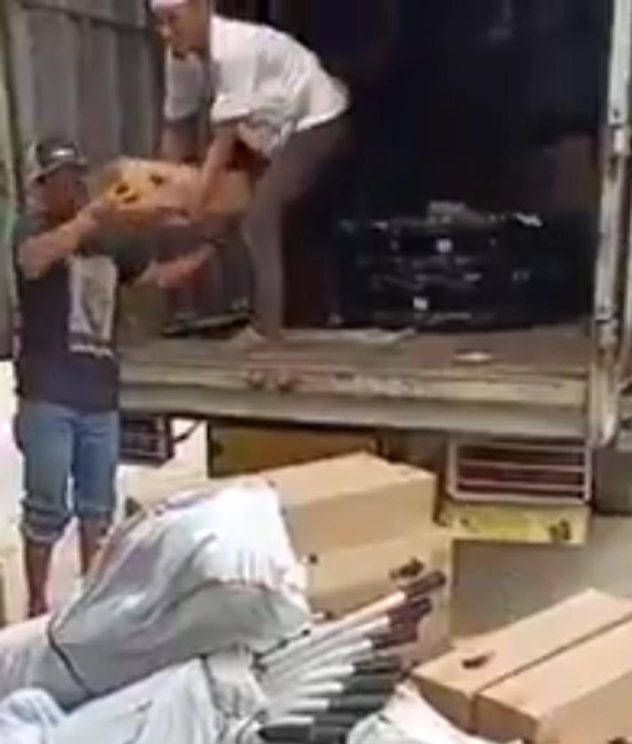 "Tertangkap Kamera, Relawan FPI ""Menyelundupkan"" 100 Tabung Oksigen Milik Korban Asap Karhutla"