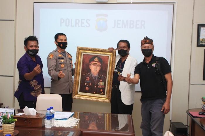 Sukses Program Jember SAE, Komunitas Perupa Jember (KPJ) Hadiahi Kapolres Sebuah Lukisan