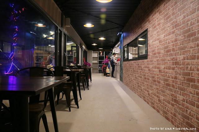 IMG 9858 - 台中沙鹿│帆杋望海。超級隱密的夜景咖啡廳!繽紛色彩貨櫃屋在夜裡也超夢幻!
