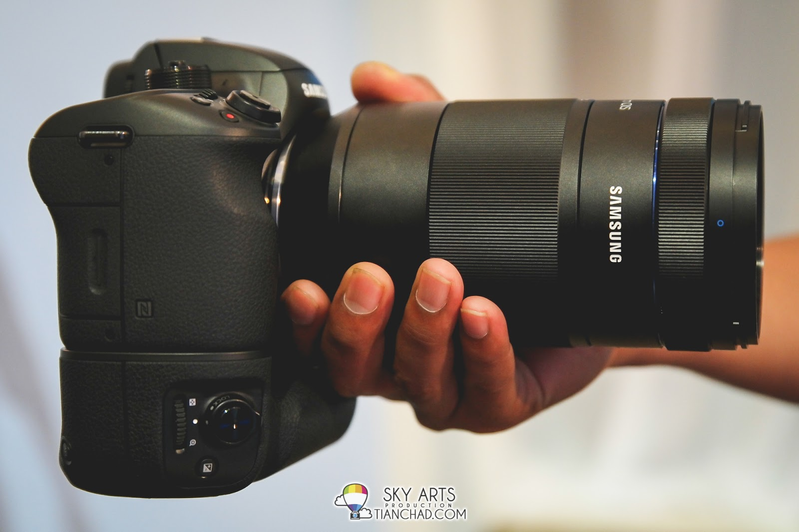 You can carry Samsung NX1 with ease although zoom lens and battery grip were attached on it.