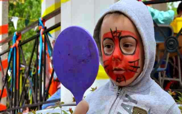 Pintura facial para maquillar a un niño en una fiesta infantil