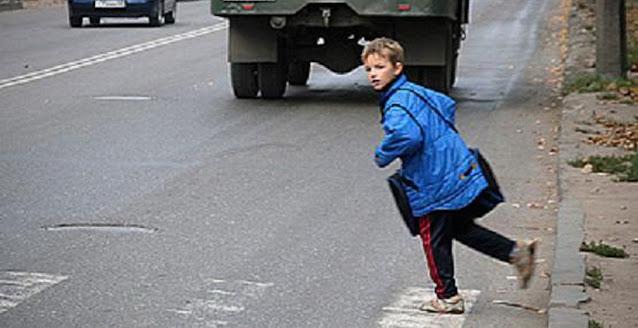 Мальчик погиб под колесами автомобиля после того, как парень матери в наказание высадил его из машины на дороге