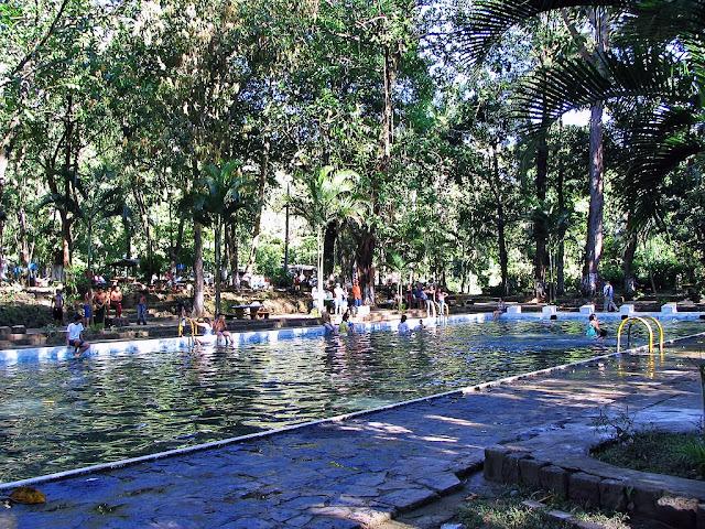 Al visitar Atecozol; puedes disfrutar de árboles frutales, el sonido del correr del agua natural de las piscinas, alimentadas por ríos. Una verdadera terapia de aire fresco y puro, y un ambiente silvestre que te hará liberar el estrés. Al mismo tiempo el eco parque cuenta con dos piscinas naturales para adultos que incluye un moderno tobogán acuático y para alegría de los pequeños se cuenta con cinco piscinas adecuadas para ellos