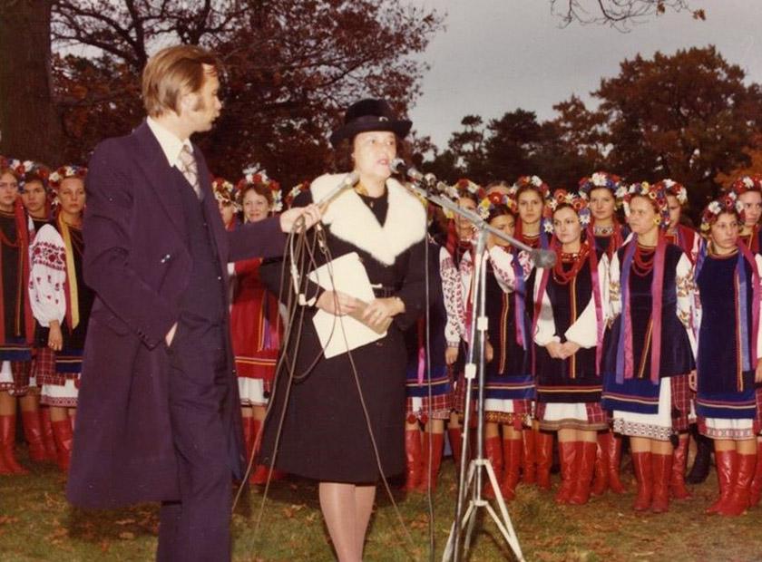 Аріадна Стебельська виголошує промову на відкритті пам'ятника Лесі Українці. Торонто, 1975 р.