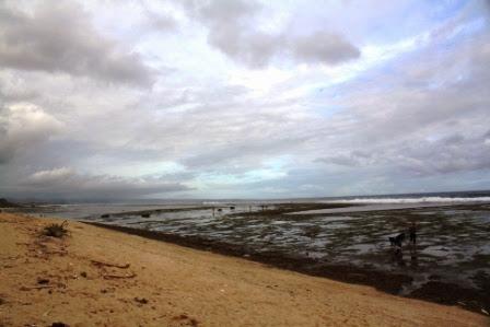 Pantai Sayang Heulang ketika surut.