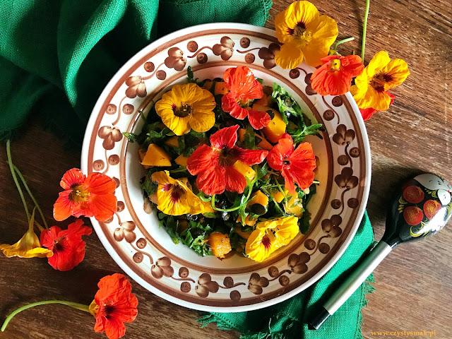 Sałatka z jadalnymi kwiatami