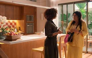 Vitória e Lurdes em cena da novela Amor de Mãe (Foto: Reprodução)