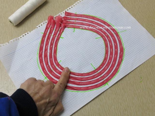hilvanar cuello sobre papel cuadriculado