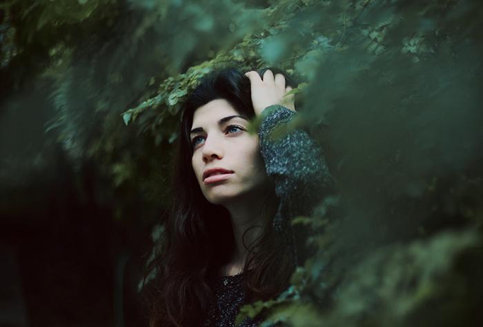 Портрет загадочной темноволосой девушки