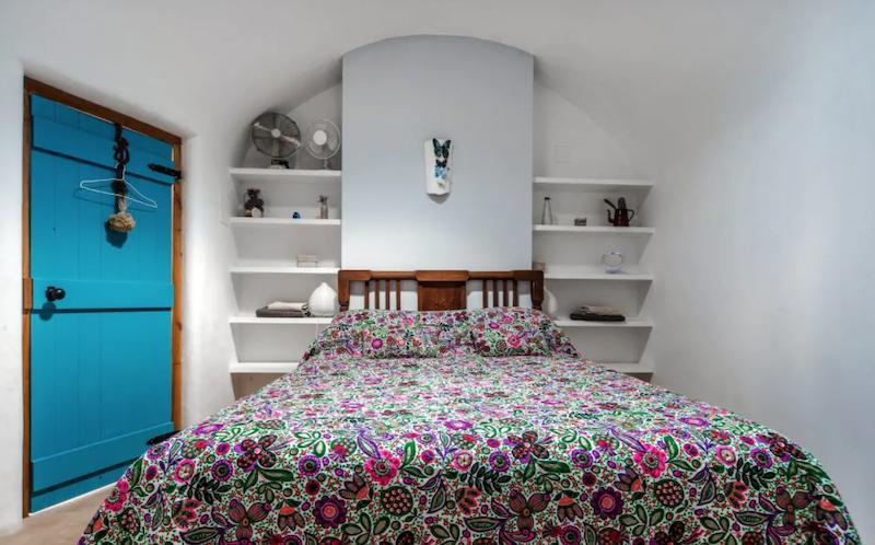 Dormitorio rústico con puertas pintadas