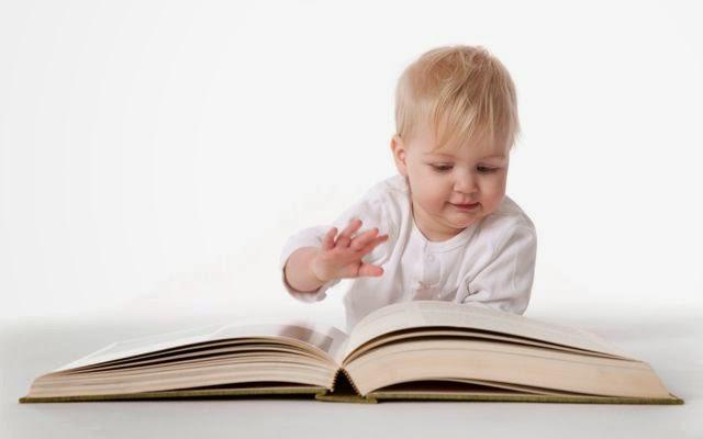 Gratis gambar bayi baca buku