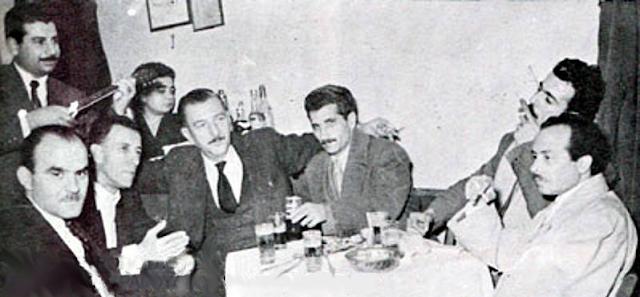 """Η παρέα του διαβόητου Νίκου Κατελάνου  στο μαγαζί του Βλάχου """"Δάσος"""" - 1948"""