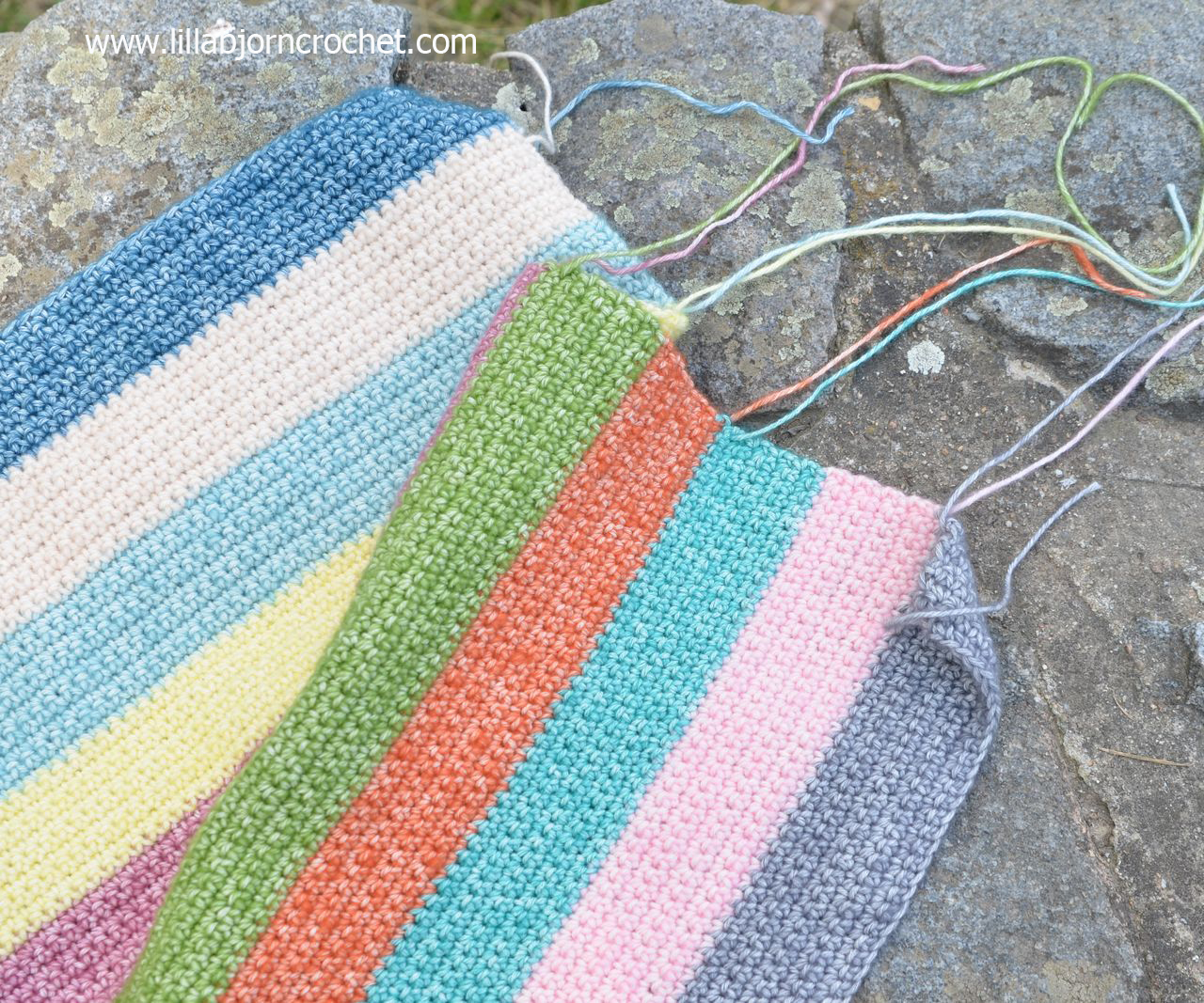 Striped pillow cover made with Stone Washed yarn by Scheepjes. Free crochet pattern by Lilla Bjorn Crochet