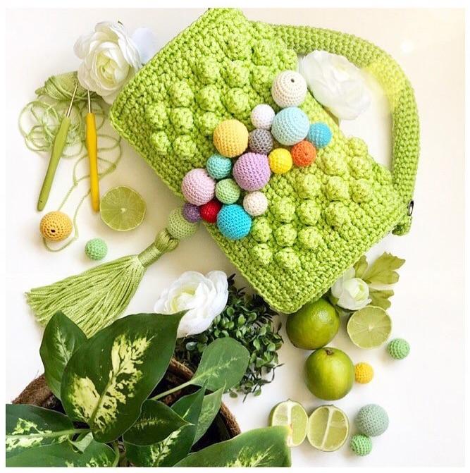 Cartera Poppy verde limón con pompones de colores