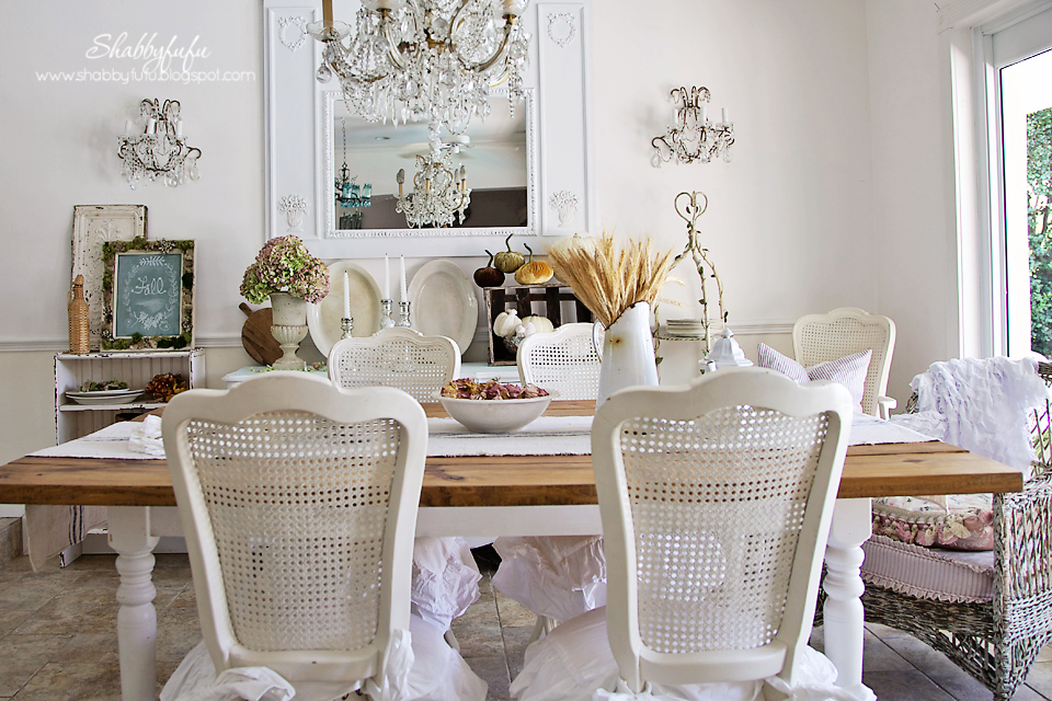 Adding some fall vignettes into your home? Here is my fall dining room!