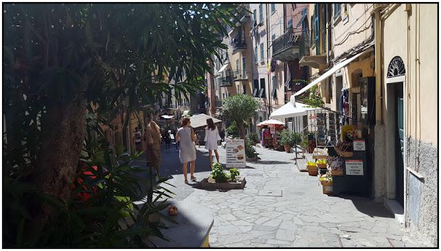 """Nếu chưa có kế hoạch gì, bạn chỉ cần lững thững đi bộ dọc Via Colombo, con phố chính của Riomaggiore. Dọc đường, mọi người có thể tìm thấy vô số quán bar, cửa hàng và một vài nơi bán đồ thủ công bắt mắt. Sau khi tới quảng trường Vignaioli, bạn có thể dành thời gian tìm đến bến cảng, nơi được TripSavyy đánh giá """"đẹp như tranh vẽ""""."""