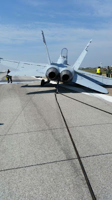 Un F-18 aterriza en Zaragoza sin parte del tren de aterrizaje