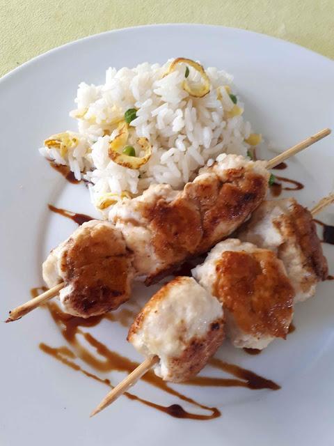 Boulettes de poulet façon brochettes japonaises et riz sauté