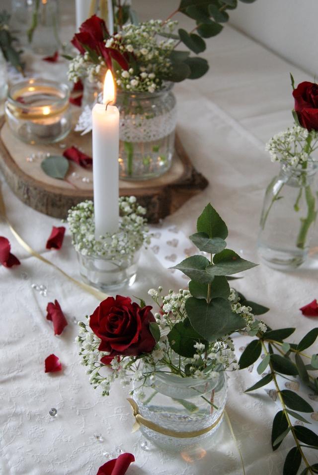 Tischdeko zur Hochzeit in Weiß und Rot