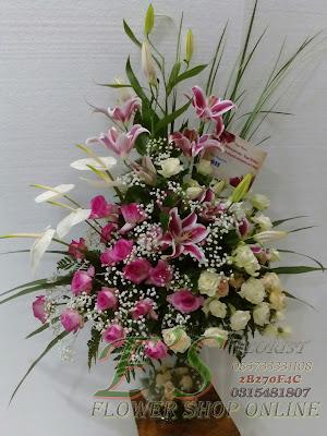 bouquet meja vas kaca lily dan mawar