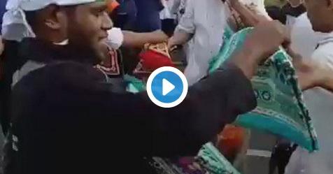 VIDEO: Momen Mengharukan! Mujahid Papua Bagikan Sajadah Saat Aksi 212
