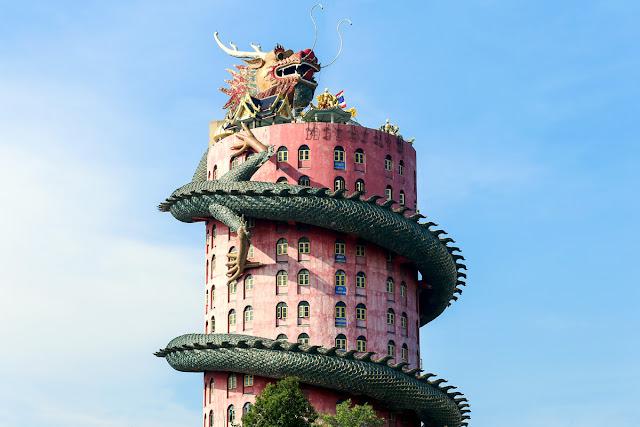 Tham quan các đền, chùa là một trong những trải nghiệm du khách khó lòng bỏ qua khi tới Thái Lan. Xứ sở chùa Vàng không thiếu những điểm đến mang nét kiến trúc quái dị, độc đáo
