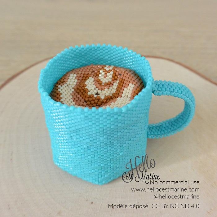 Tasse turquoise avec cappuccino en perles Miyuki, tissée en peyote circulaire par Hello c'est Marine