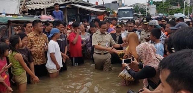 Gubernur Anies Baswedan Temui Korban Banjir Malah Diminta Nyebur ke Air