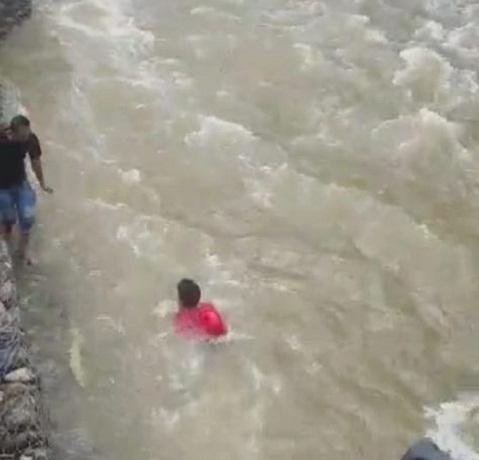 Viral ! Aksi Heroik Prajurit TNI Selamat Balita Terseret Arus Sungai