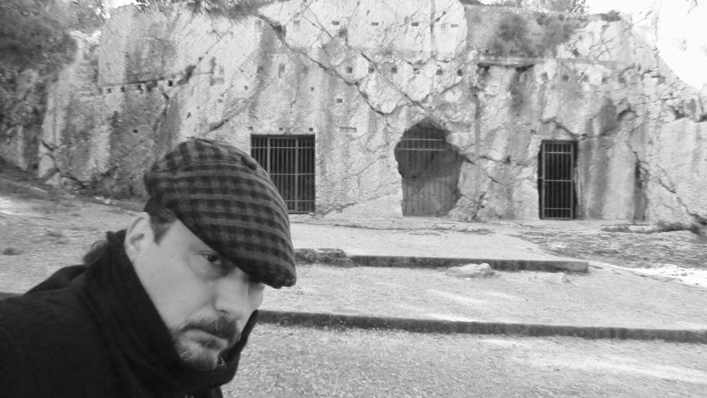 Mario Fattorello ante la cárcel de Sócrates