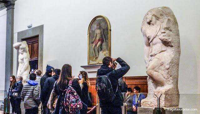 """Os """"Prigioni"""", esculturas de Michelangelo na Galleria dell'Accademia, Florença"""