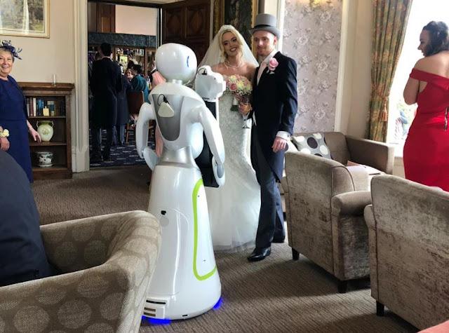 Coppia assume Fotografo Robot per il giorno del loro matrimonio