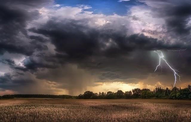 В Україну йде атмосферний фронт із грозами: Оголошено штормове попередження