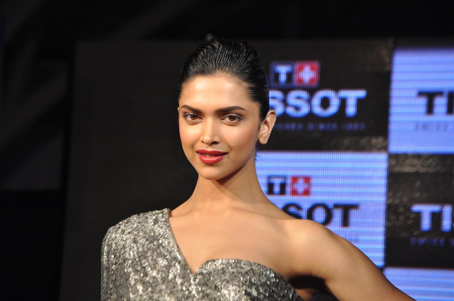 Deepika Padukone Hot Legs Show Photos In Black Dress