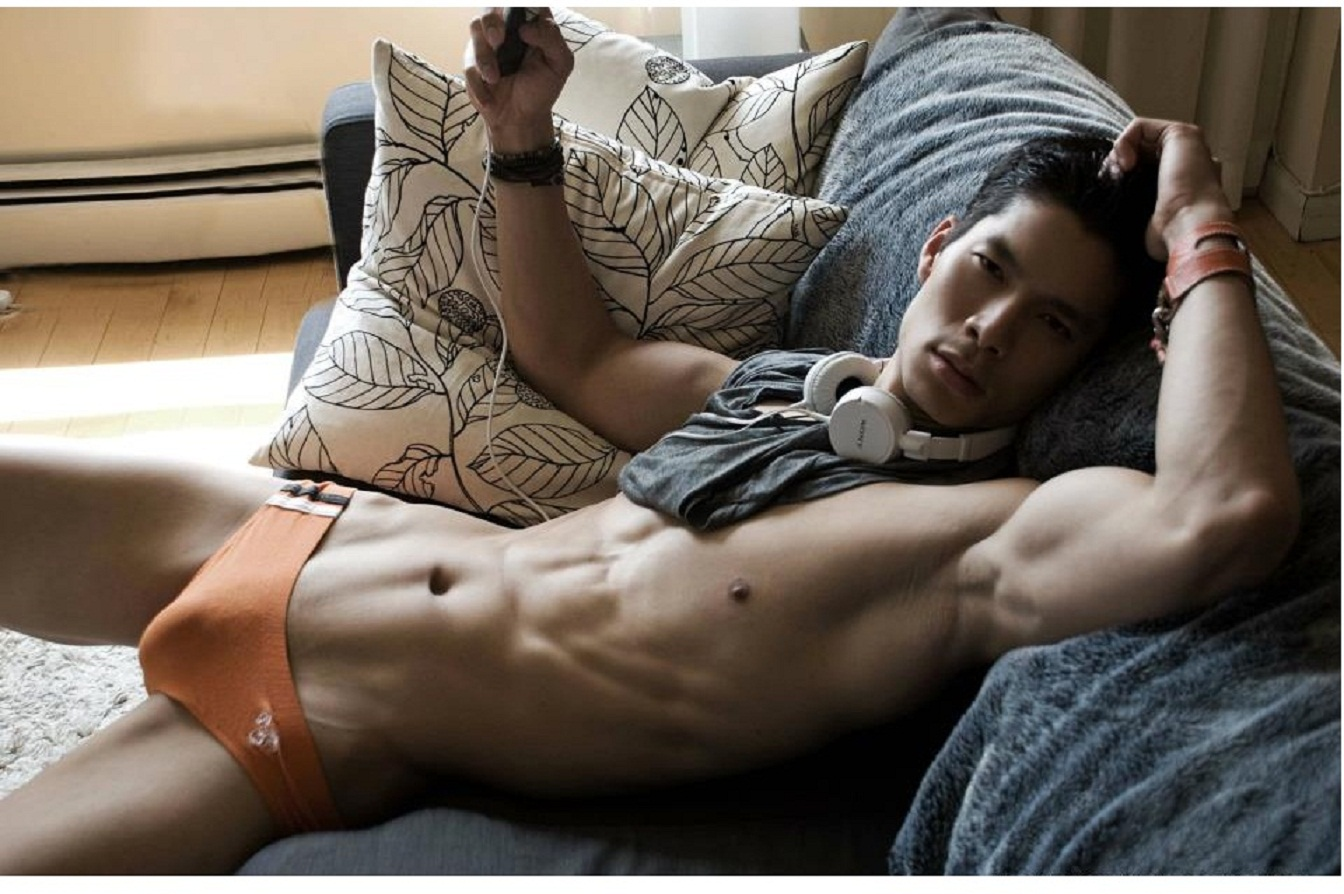 выдвинули фото мужик кончает на стол одеяло
