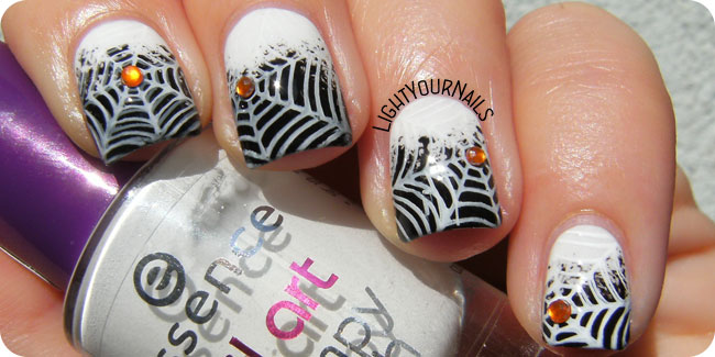 Halloween spiderwebs nail art