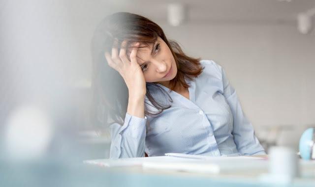 """Πέντε τρικ για να ξεπεράσετε τη """"μαυρίλα"""" στη δουλειά"""