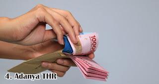 Adanya THR merupakan salah satu fakta unik dan menarik lebaran di Indonesia